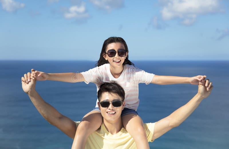 Glücklicher Vater und Tochter, die Spaß zusammen hat stockbilder