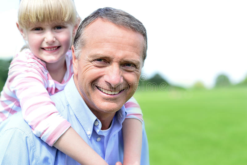 Glücklicher Vater und Tochter an draußen stockfotos