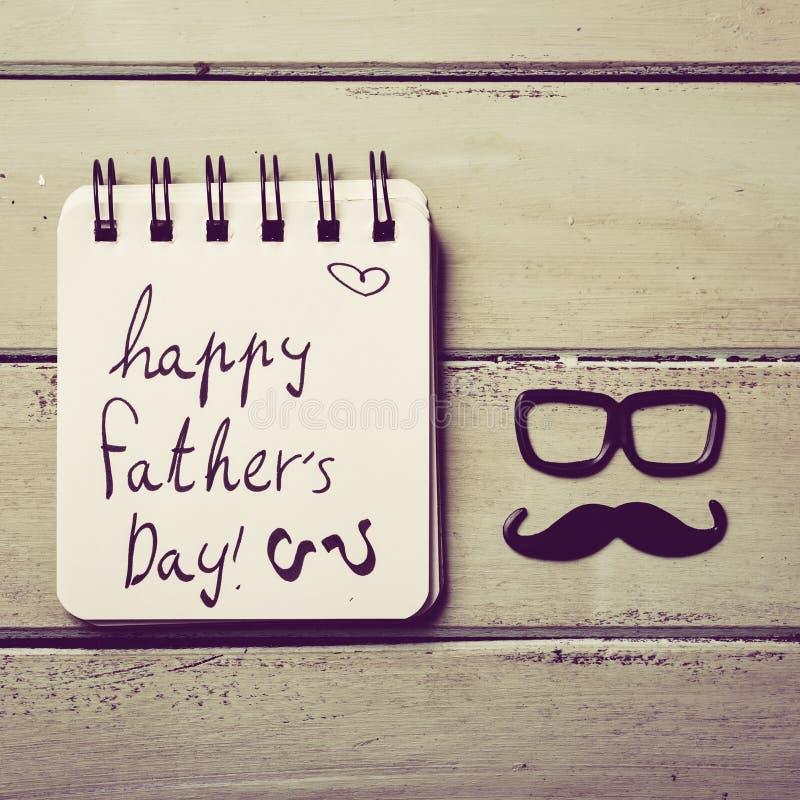 Glücklicher Vatertag der Brillen, des Schnurrbartes und des Textes stockbild