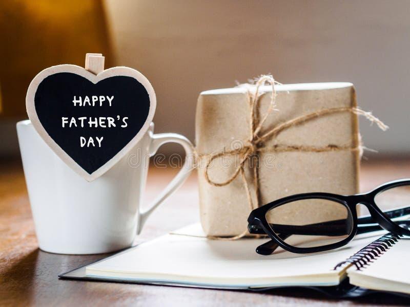 Glücklicher Vatertag Kaffeetasse mit Geschenkbox, Herztag w stockfotos