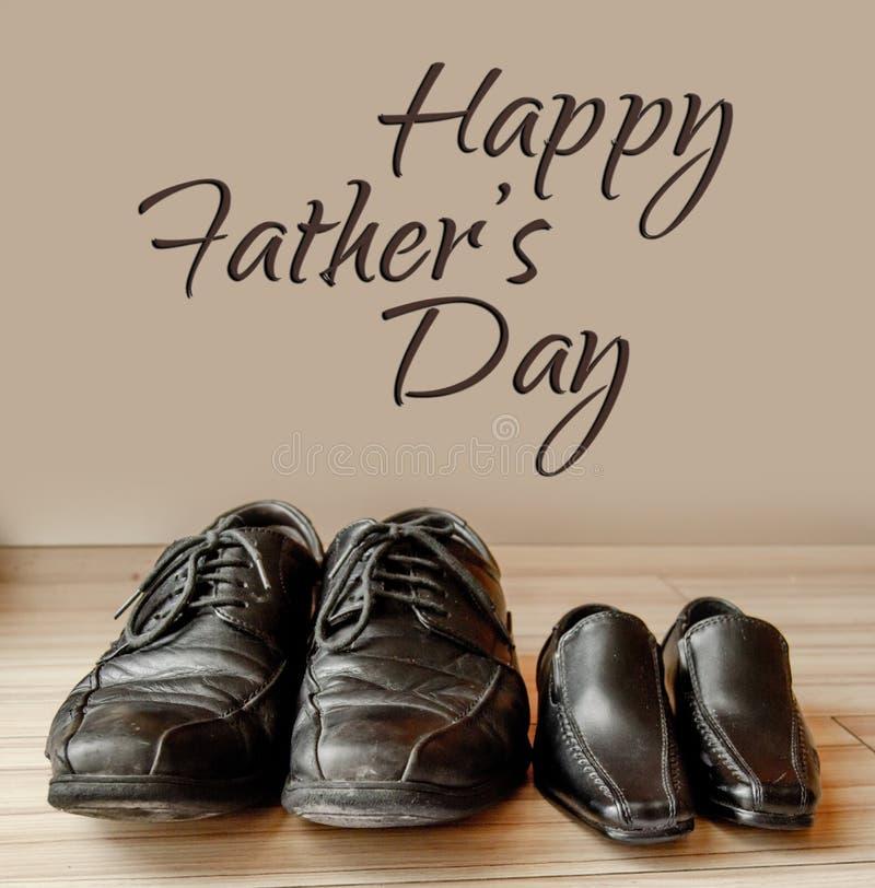 Glücklicher Vatertag, Vaterschuhe und Babyschuhe oben, flache Lage stockbilder