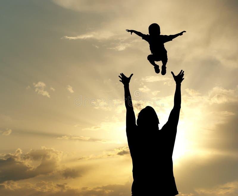 Glücklicher Vati und Sohn lizenzfreies stockbild