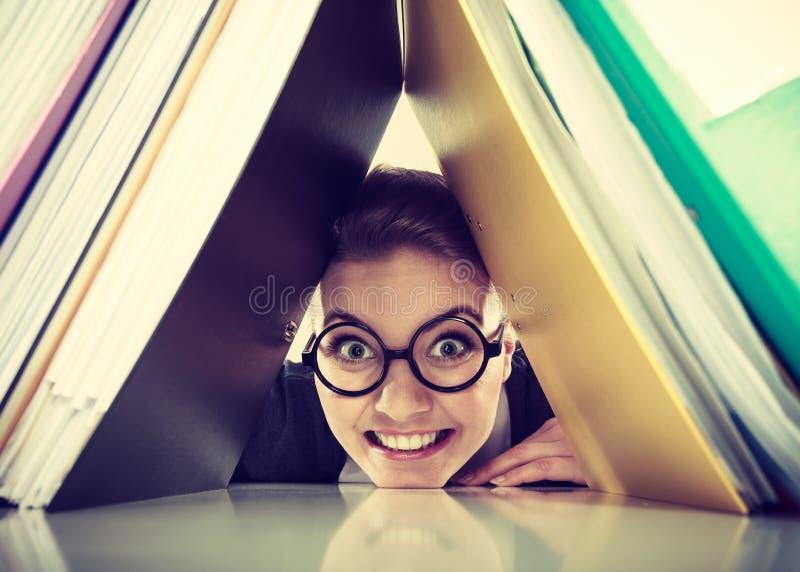 Glücklicher verrückter Buchhalter mit Stapel von Mappen stockfotos