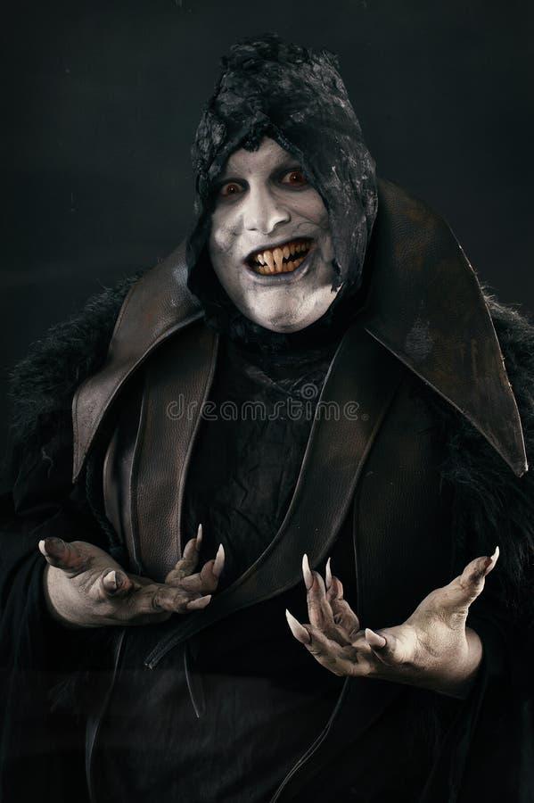 Glücklicher verrückter lächelnder Vampir mit großen furchtsamen Nägeln Undead monst stockfotografie