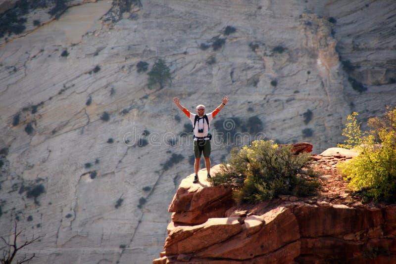 Glücklicher Wanderer erreicht Abgrund lizenzfreies stockbild