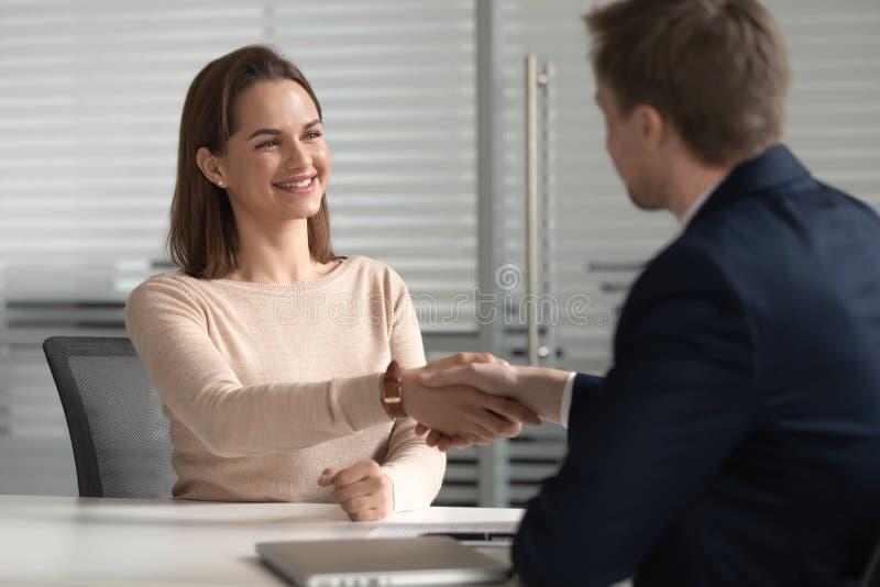 Glücklicher weiblicher Bewerber erhalten beschäftigte am Vorstellungsgespräch angestellt stockbilder