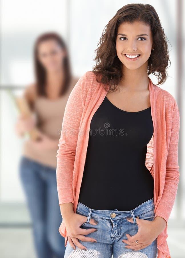 Glücklicher weiblicher highschool Kursteilnehmer lizenzfreies stockfoto