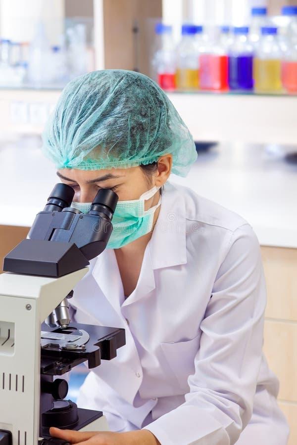 Glücklicher weiblicher Labortechniker. stockfotos