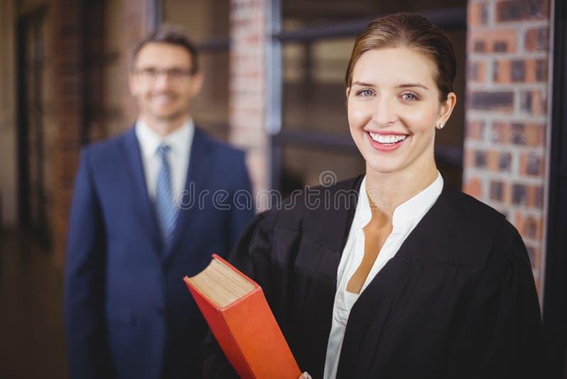 Glücklicher weiblicher Rechtsanwalt mit Geschäftsmann lizenzfreie stockfotografie