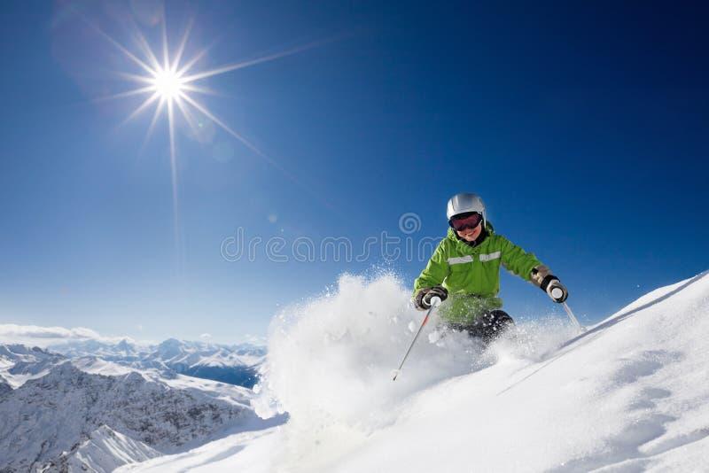 Glücklicher weiblicher Skifahrer mit Mountain View stockfotos