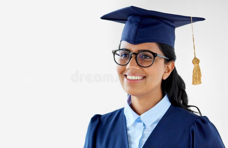 Glücklicher weiblicher Student im Aufbaustudium in der Doktorhut stockfotos