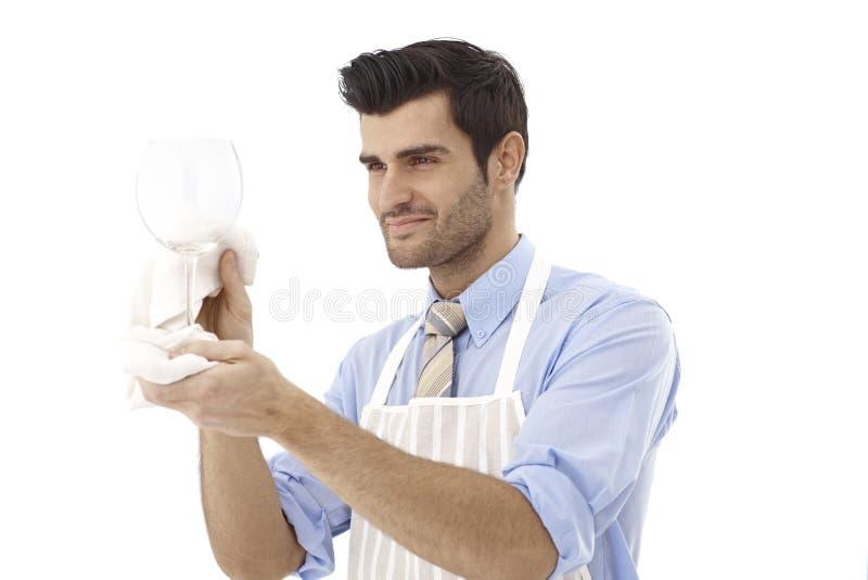 Glücklicher Weinexperte mit Glas lizenzfreies stockbild