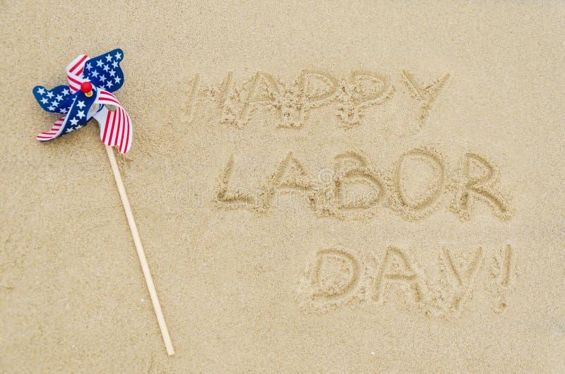 Glücklicher Werktagshintergrund auf dem Strand stockfotos