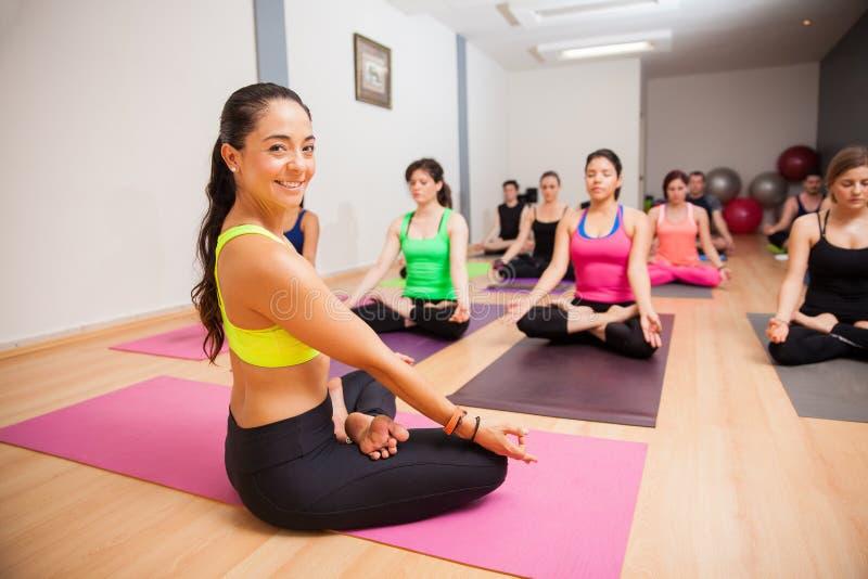 Glücklicher Yogalehrer in der Klasse lizenzfreie stockfotos