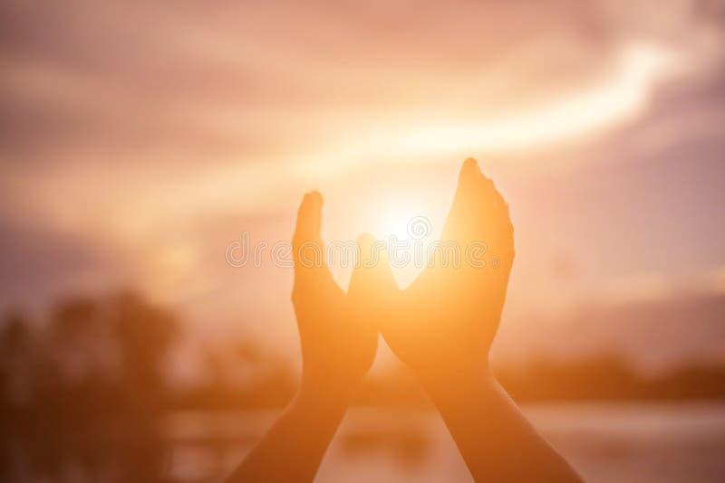 Glücklicher Zeitsonnenuntergang des Fingers lizenzfreie stockfotos