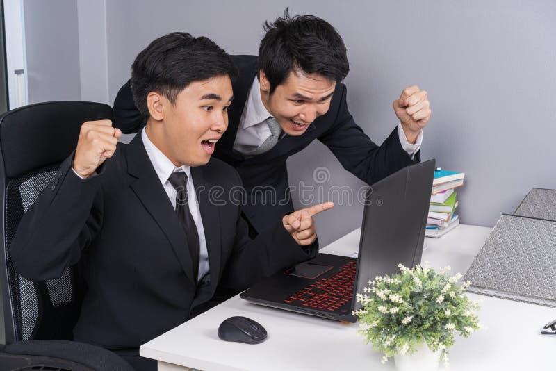 Glücklicher zwei Geschäftsmann, der Laptop zum erfolgreichen Arbeits-proje verwendet lizenzfreie stockfotos