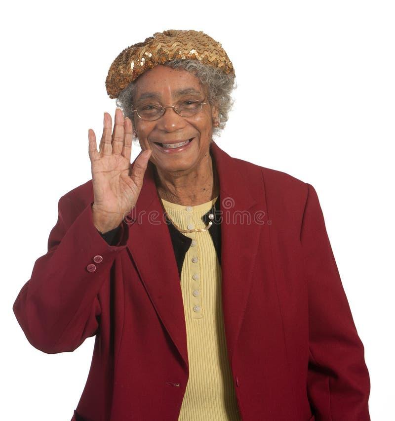 Glückliches älteres Damewellenartig bewegen stockfoto