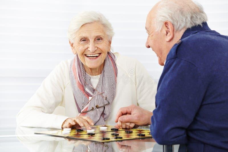 Glückliches älteres Paarspielen lizenzfreie stockfotos