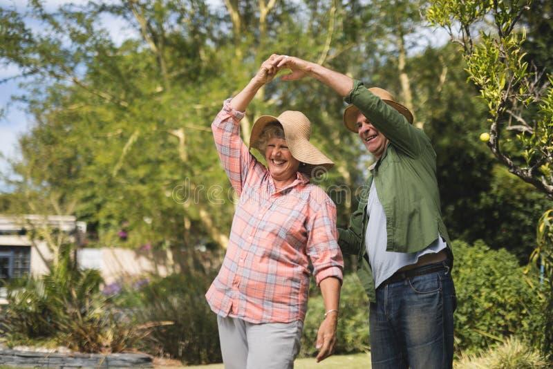 Glückliches älteres Paartanzen am Yard lizenzfreie stockfotos