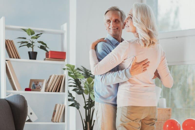 Glückliches älteres Tanzen des verheirateten Paars stockbild