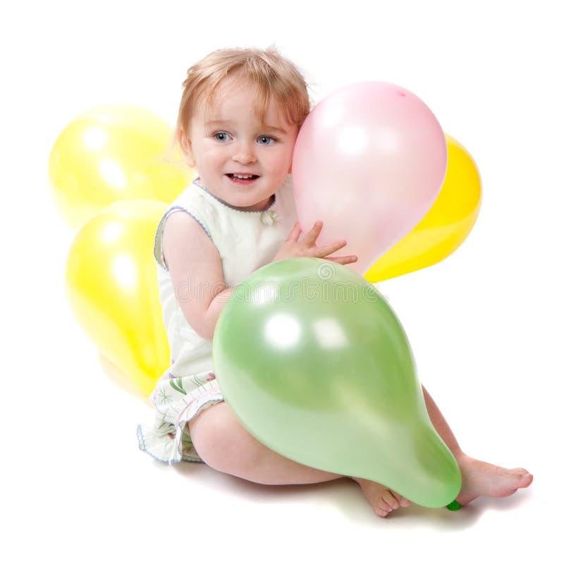 Glückliches 2 Einjahresmädchen mit Ballonen lizenzfreie stockfotos