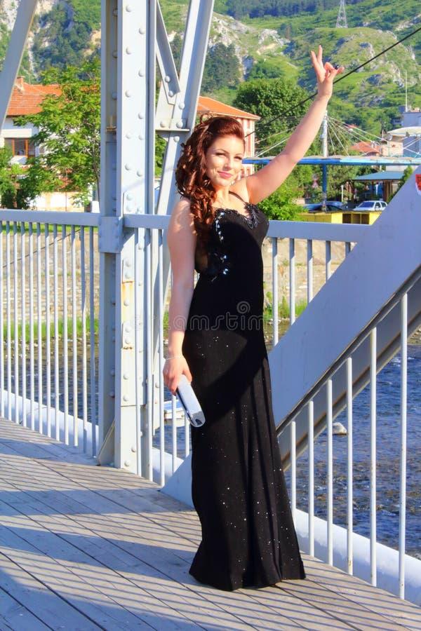 Glückliches Abschlussballmädchen der bulgarischen Kleinstadt lizenzfreies stockfoto