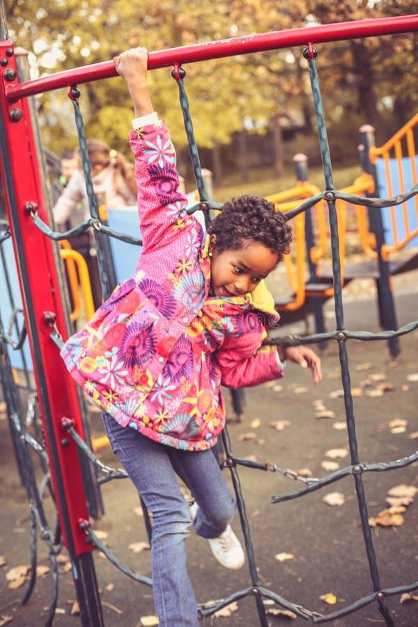 Glückliches afrikanisches Mädchen auf Spielplatz stockbild