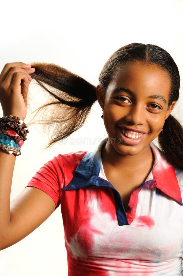 Glückliches afrikanisches Mädchen getrennt lizenzfreie stockfotografie