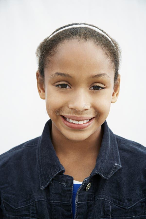 Glückliches Afroamerikaner-Mädchen über weißem Hintergrund lizenzfreie stockbilder