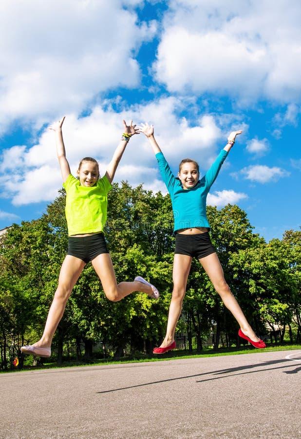 Glückliches aktives Kinderspringen stockfotos