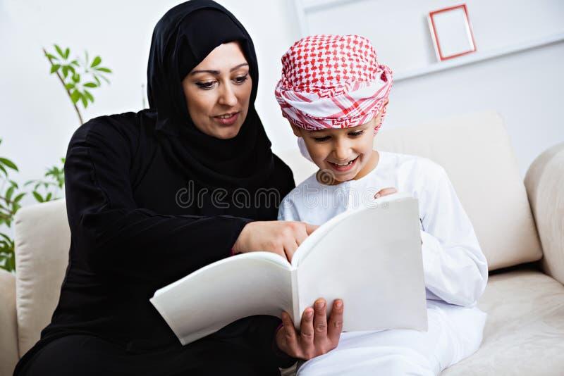 Glückliches arabisches Kind zu Hause mit seiner Mutter lizenzfreies stockbild