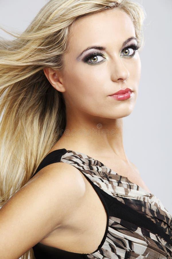 Glückliches Art und Weisebaumuster mit dem langen blonden Haar. stockbild