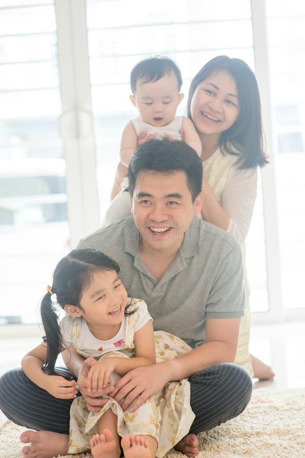 Glückliches asiatisches Familiendoppelpol lizenzfreies stockfoto