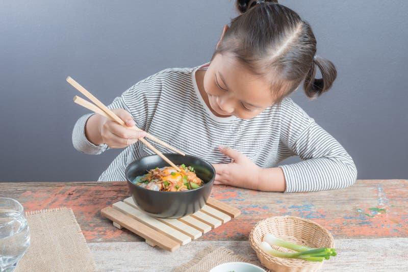 Glückliches asiatisches Kind, das köstliche Nudel isst lizenzfreie stockbilder
