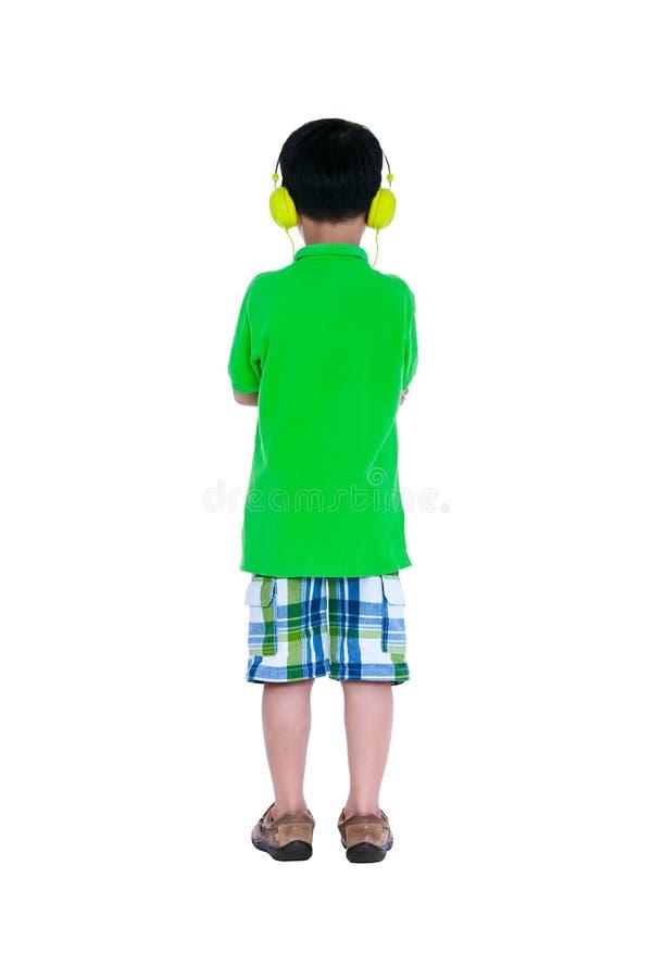 Glückliches asiatisches Kind mit den Kopfhörern, lokalisiert auf weißem Hintergrund lizenzfreies stockfoto