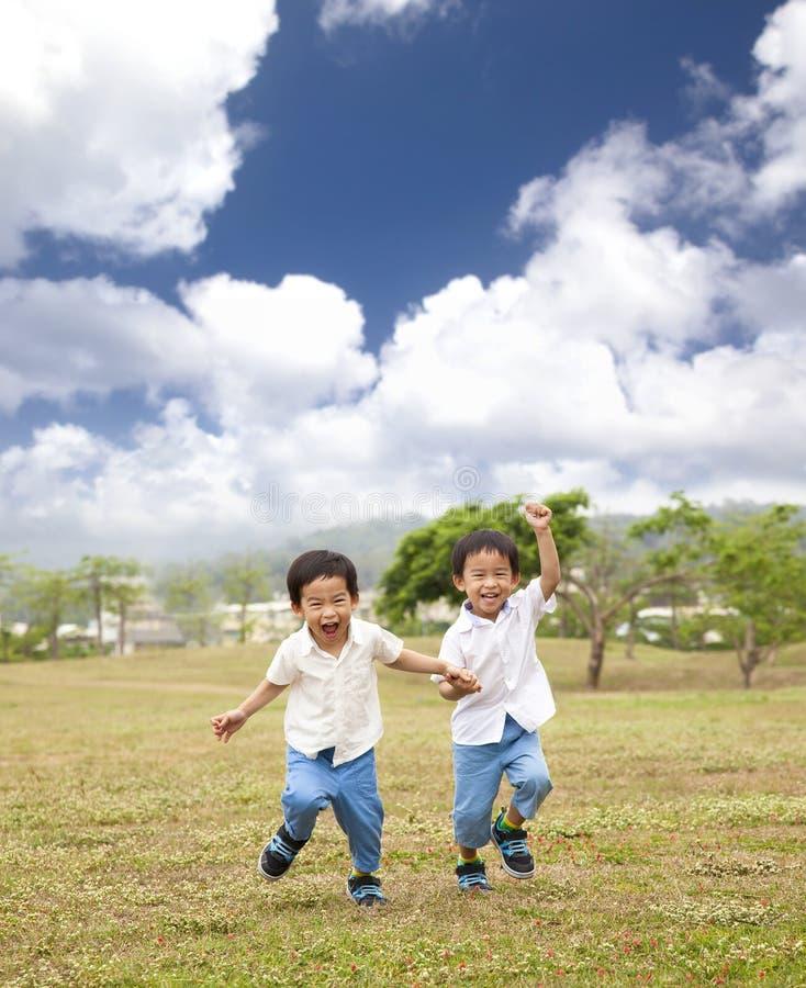 Glückliches asiatisches Kindlaufen stockfotografie