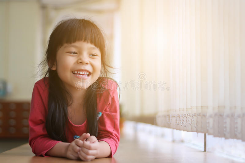 Glückliches asiatisches Mädchen lizenzfreie stockfotos