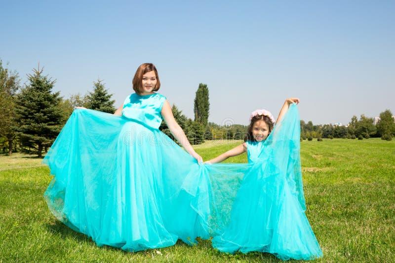 Glückliches asiatisches Mutter- und Kindermädchenumarmen Das Konzept der Kindheit und der Familie Schöne Mutter und ihr Baby im F stockfotografie