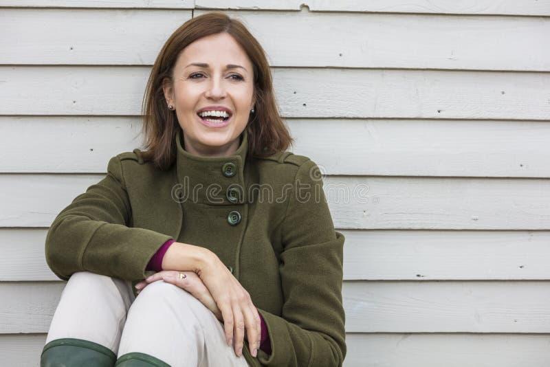 Glückliches attraktives mittleres Greisin-Lachen lizenzfreies stockbild