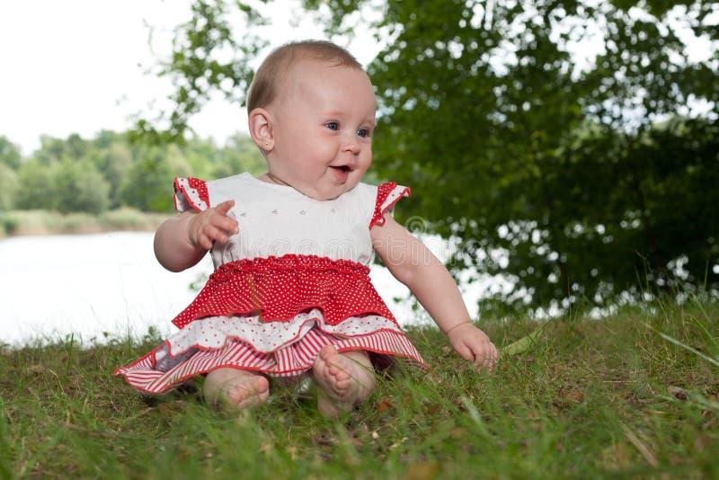 Glückliches Baby in der Natur lizenzfreie stockfotografie
