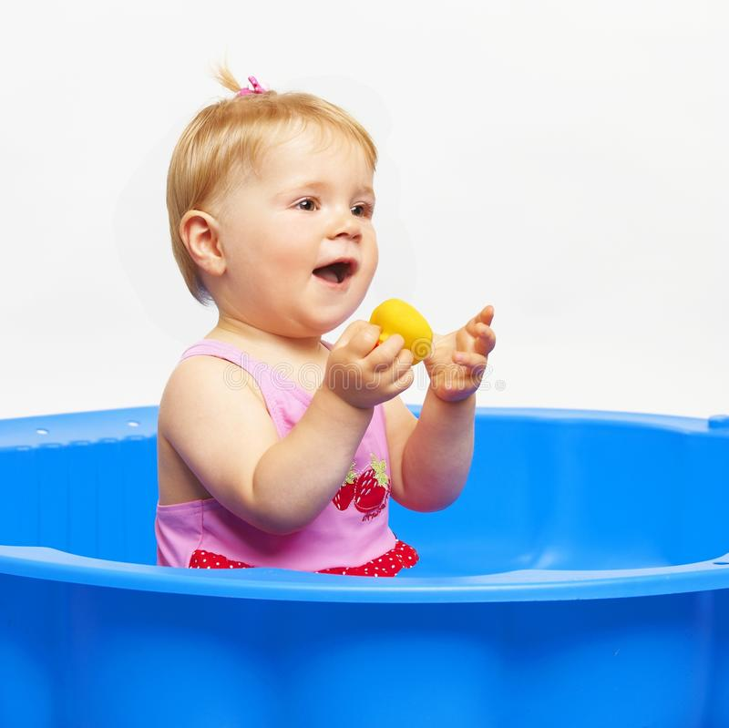 Glückliches Baby im bathtube stockfotografie