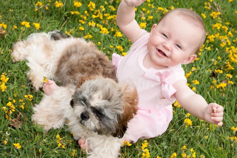 Glückliches Baby und ein Welpe stockfotos