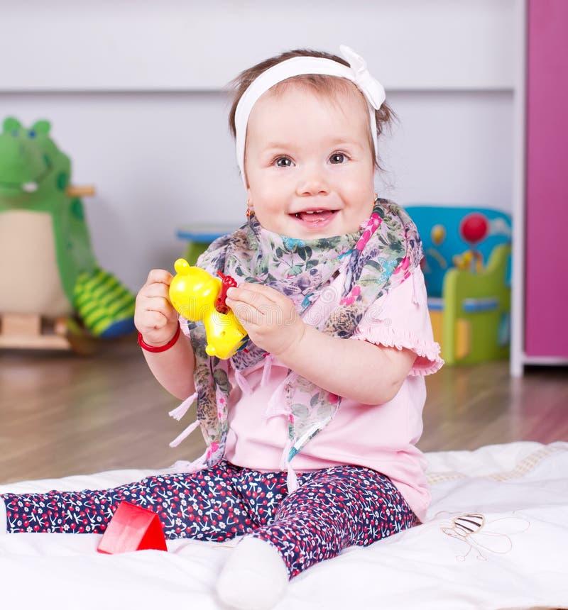 Glückliches Babyspielen stockbild