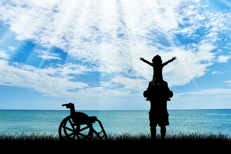 Glückliches behindertes Kind auf Schultern des Vatis und des Rollstuhls nahe Seetag stockbilder