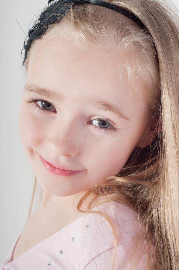 Glückliches blondes Mädchen stockfotos