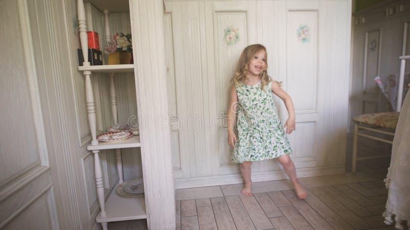 Glückliches Blondes Mädchen Im Kleid, Das Den Spaß Zuhause Zu Hause ...