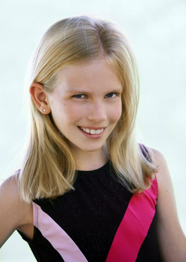 Glückliches blondes Mädchenlächeln stockfoto
