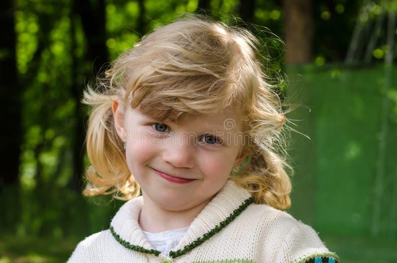 Glückliches blondes Mädchenlächeln stockbilder