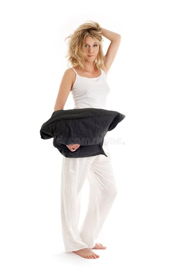 Glückliches blondes mit schwarzem Kissen lizenzfreies stockfoto