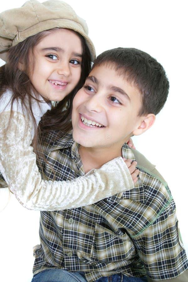 Glückliches Bruder- und Schwesterportrait lizenzfreie stockfotos